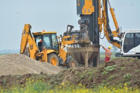 """Ministrul Transporturilor, campanie deşănţată pe mini-şantierul autostrăzii între Biharia – Borş: """"Un proiect al PSD"""", """"astăzi lansăm în forţă această investiţie"""" (FOTO / VIDEO)"""