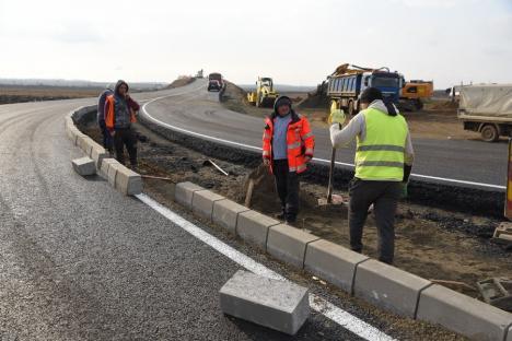 """Ministrul Transporturilor a venit în Bihor să vadă (aproape) gata drumurile pe care și-a """"rupt"""" mașina vreme de 7 ani (FOTO / VIDEO)"""
