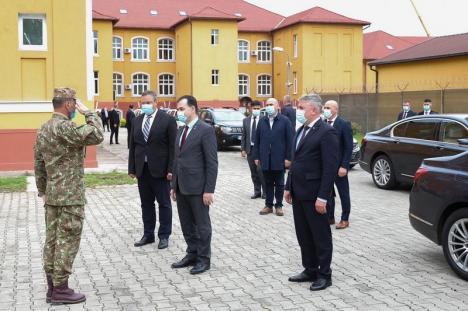 Vizită misterioasă: Premierul Ludovic Orban a trecut pe la centrul de spionaj NATO din Oradea, dar fără să ofere vreun detaliu (FOTO / VIDEO)
