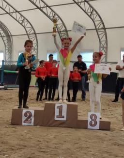 Bravo, fetelor! Șase sportive bihorence au fost premiate la voltija, sportul acrobațiilor pe cai (FOTO / VIDEO)