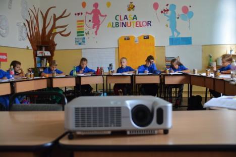 Camionul cu donaţii: Tineri din Luxemburg au adus tablete, video-proiectoare şi rechizite pentru elevii din Cheresig şi Toboliu (FOTO)