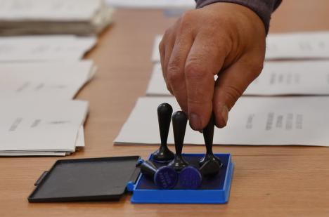 Ce trebuie să faci ca să votezi, dacă eşti izolat sau carantinat la domiciliu. Descarcă cererea pe care trebuie să o completezi!
