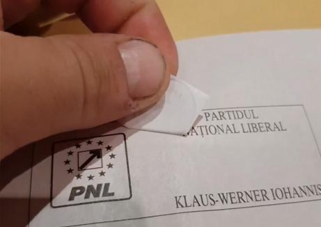 """Autocolantul """"votat"""" primit la votul prin corespondență se dezlipește. Un român din Marea Britanie a făcut  testul (VIDEO)"""