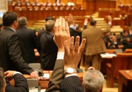 Vor pensii speciale pentru aleşii locali: Vezi cine sunt parlamentarii bihoreni care au votat pentru!