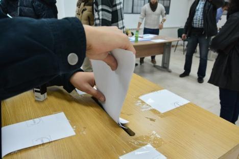Atenţie: Pe 26 mai alegătorii primesc trei buletine de vot, câte unul pentru alegerea eurodeputaţilor şi respectiv pentru a răspunde la întrebările Referendumului