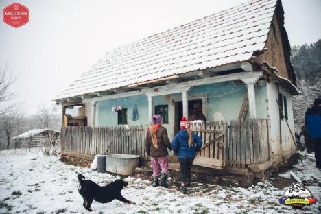 Peste 120 de oameni care trăiesc în sate izolate din Bihor, cadorisiţi de aventurierii clubului West Alpine Off Road (FOTO)