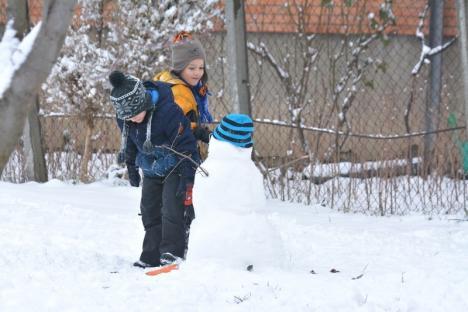La săniuş, în martie: Primăvara albă i-a scos pe copiii orădeni din case (FOTO)