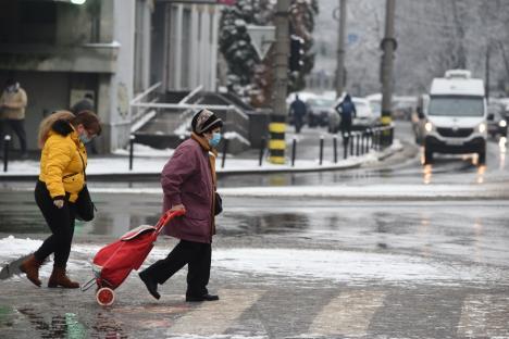 Echipajele RER Vest au ieşit pe străzile Oradiei, pentru curăţarea zăpezii. Primăria le reaminteşte orădenilor că şi ei au obligaţii (FOTO)