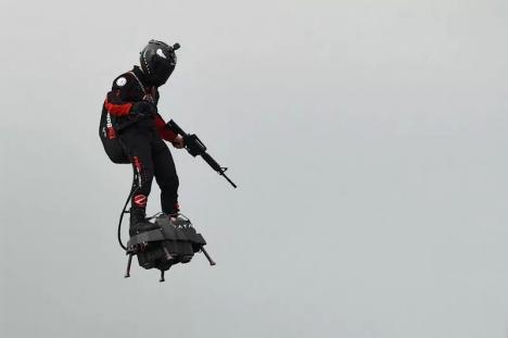 Omul zburător: Franky Zapata a reuşit traversarea Canalului Mânecii pe 'Flyboard' (FOTO / VIDEO)