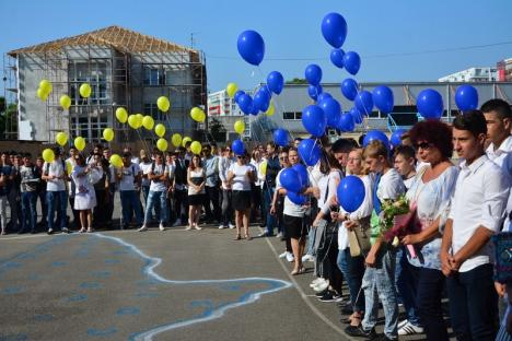 La mulţi ani, Colegiul Vuia! Elevii au sărbătorit ziua şcolii cu un flashmob tricolor (FOTO/VIDEO)