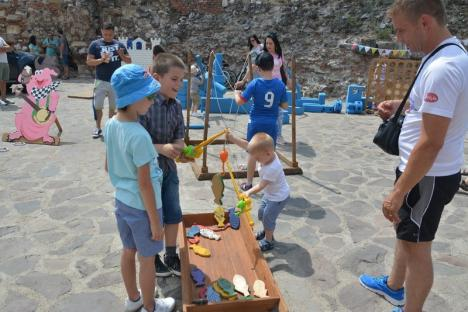 La mulţi ani, copii! În Cetatea Oradea a început Kids Fest, cu spectacole, jocuri, baloane pe apă, îngheţată şi vată pe băţ (FOTO/VIDEO)