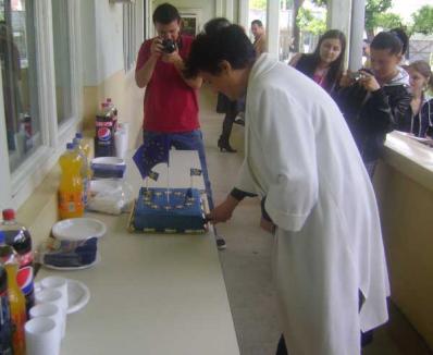 """60 de ani de UE, sărbătoriţi cu tort """"european"""" la Facultatea de Ştiinţe Politice (FOTO)"""