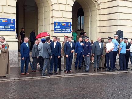 Oficialitățile și o mână de orădeni au sărbătorit Ziua Imnului Național în ploaie (FOTO)