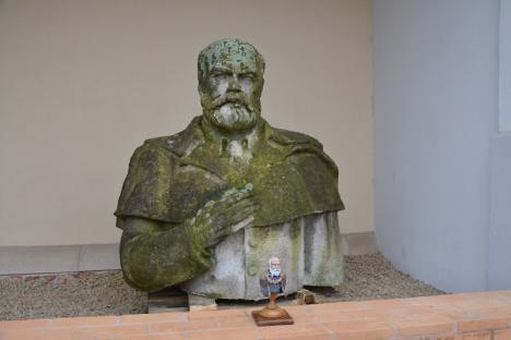 Surprize, surprize: Orădenii care s-au dus la ziua lui Gojdu nu au mai găsit statuia în ştrandul Ioşia (FOTO/VIDEO)