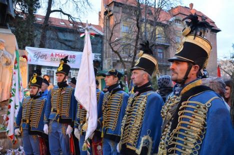 Puzderie de lume în centrul Oradiei, de Ziua Maghiarilor. Îmbrăcat în huszár, Szabó Ödön a acuzat că maghiarii sunt discriminaţi (FOTO/VIDEO)