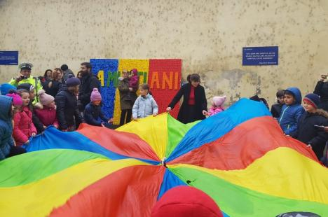 Tricolor făcut cu 47 de kilograme de capace de PET-uri, la Poliţia Locală Oradea (FOTO)