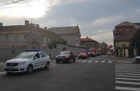 Marşul 'roşu': De ziua lor, pompierii bihoreni au făcut demonstraţii şi au defilat prin oraş (FOTO/VIDEO)