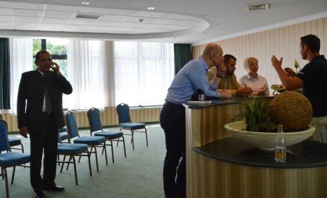 Silvicultori... de lemn: Veniţi ca în vacanţă la Băile Felix, şefii Romsilva au chiulit de la propria conferinţă de presă (FOTO)