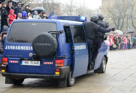 Un practicant la Jandarmeria Bihor i-a returnat unei orădence telefonul pierdut în autobuz