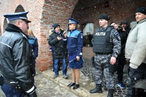 """La mulţi ani, Poliţia Bihor! Copiii s-au înghesuit să-i vadă pe mascaţi, o poliţistă le-a suflat bărbaţilor premiul """"Poliţistul anului"""" (FOTO)"""