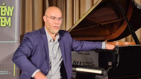 Maratonist la clape: Ca să poată înfiinţa în Oradea un muzeu al muzicii, pianistul Thurzó Zoltán va cânta 130 de ore continuu (FOTO)
