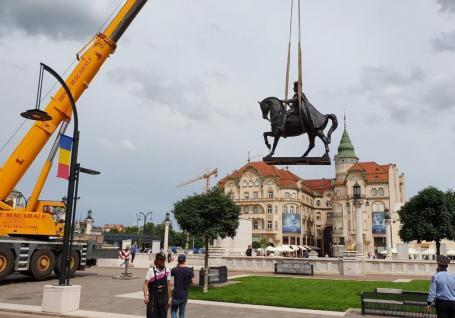 Statuia Regelui Ferdinand, urcată pe soclu în Piaţa Unirii din Oradea (FOTO / VIDEO)