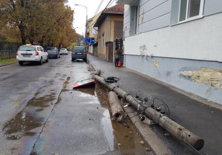 Pericol public: La volanul unui BMW, un tânăr beat a lovit o casă şi a rupt stâlpi de electricitate în Oradea (FOTO)