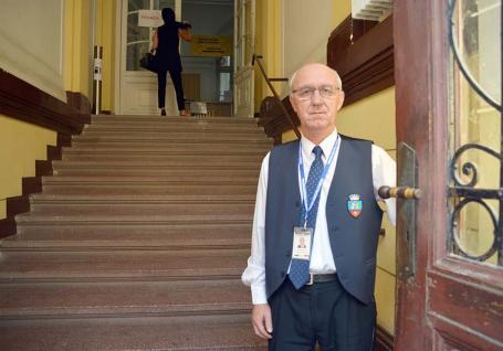 Omul cheie: Povestea lui nea Albu, portarul Primăriei Oradea care-şi încheie 'mandatul' odată cu Ilie Bolojan