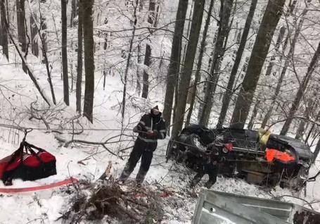 Accident la Stâna de Vale: O maşină a căzut într-o râpă, şoferul şi pasagera sa au fost scoşi de paramedici (FOTO / VIDEO)