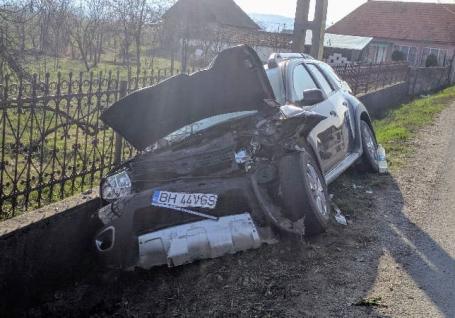Trafic blocat pe DN 1, în Topa de Criș: Trei răniți, după ce un autoturism s-a izbit de un TIR care tracta un alt camion (FOTO)