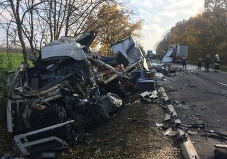 Accident între două TIR-uri, soldat cu doi morţi, în apropierea graniţei cu România. Unul dintre camioane are numere de Bihor (FOTO / VIDEO))