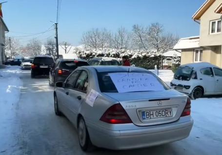 Cu claxoane: Protest în Aleşd împotriva şoselei de centură care ar trece printr-o zonă de case(VIDEO)
