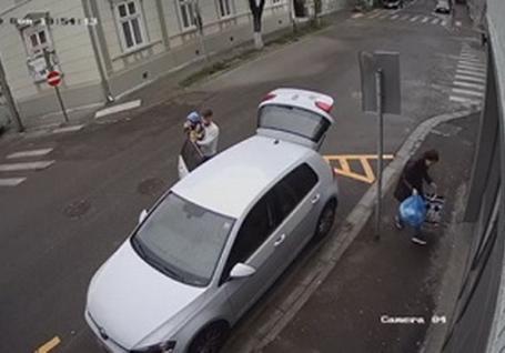 Femeia filmată când arunca deşeuri în centrul Oradiei, găsită și amendată cu 1.000 de lei de Poliţia Locală (VIDEO)