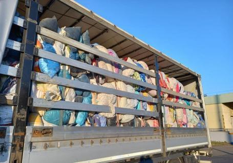 Un nou transport de gunoaie, întors în vama Borş. Peste 15 tone de textile degradate şi urât mirositoare urmau să ajungă la o firmă din Oradea (FOTO)