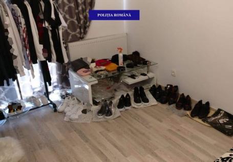 Percheziţii în Sânmartin: Doi orădeni au fost prinşi că vindeau pe OLX haine contrafăcute ale unor mărci precum Versace, Philipp Plein şi Givenchy (FOTO)