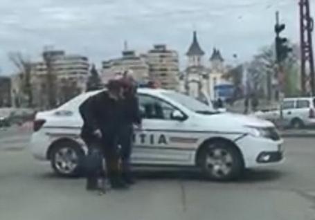 Puterea exemplului: Un poliţist din Oradea a oprit circulația pe bulevard pentru a ajuta un bătrânel care nu putea să traverseze (VIDEO)