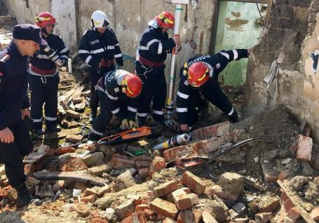 Mort în casa pe care o renova: Un tânăr de 34 de ani din Spinuş şi-a găsit sfârşitul sub un perete prăbuşit din propria-i locuinţă