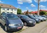 Parcare sub ocupație: Parcarea din fața sediului APIA Bihor a devenit expoziție a geambașilor de mașini (FOTO)