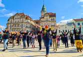 """""""Violența nu cunoaște virusul"""": Zeci de orădence au dansat la flashmob-ul anti violență în familie, în Piața Unirii  (FOTO / VIDEO)"""