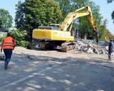 Accesul (ne)interzis! Pietonii traversează Peţa riscându-şi viaţa printre utilajele care demolează podul din strada Universităţii (FOTO)