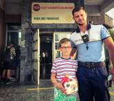 Copil model: Un băieţel de 7 ani a predat poliţiştilor din Oradea un portofel cu bani, găsit pe stradă