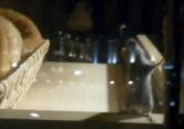 Covrigi cu 'aromă' nedorită: Un şoarece a fost filmat în vitrina unei patiserii din centrul Oradiei (VIDEO)