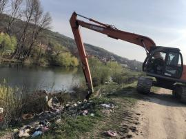 Cu buldoexcavatorul, în 'Ţincapana': ABA Crişuri a adunat gunoaiele de pe malurile Crişului Repede (FOTO)