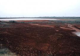 Moştenire otrăvitoare: La marginea Oradiei zac cantităţi uriaşe de deşeuri periculoase, abandonate din anii de glorie ai fabricilor Alumina şi Sinteza