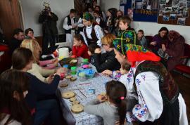 """Înghesuială la """"Atelierul de suveniruri"""" de la Bratca: Copii şi adulţi au învăţat să picteze pe lemn şi reţete """"ca la mama-n bătătură"""" (FOTO)"""