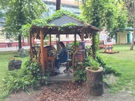 Muzica Libertăţii: Florarul Marius Sabău a readus pianina în Parcul de pe malul Crişului (FOTO)
