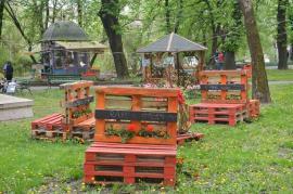 Şezătoare verde: Băncile din paleţi de la Târgul de Paşti au fost relocate în Parcul Libertăţii (FOTO)