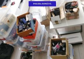 Percheziţii în Oradea: Peste 2.000 de parfumuri, cosmetice şi haine au fost confiscate de polițiști (FOTO)