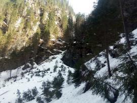 Pe munte, dar cu grijă! Salvamontiştii avertizează că în munţii Bihorului încă este un strat consistent de zăpadă (FOTO)