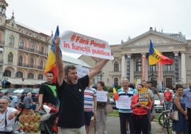 """""""Azi e zi de sărbătoare, Liviu Dragnea la-nchisoare!"""": Miting cu participare redusă în Oradea după condamnarea şefului PSD (FOTO / VIDEO)"""